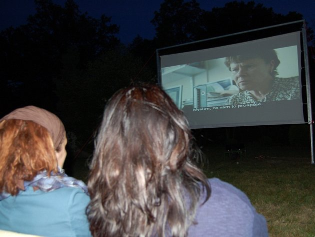 Premiéra letního kina pod názvem MU-KNI ve Františkových Lázních přilákala v pátek večer na zahradu místního muzea desítky diváků.