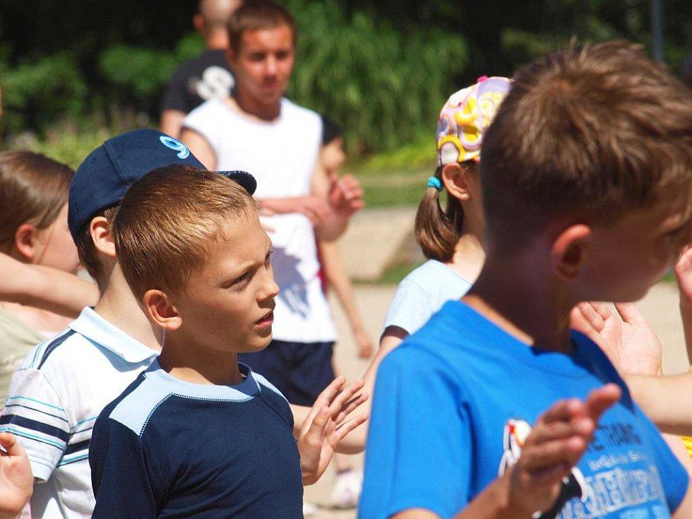 Smích se dopoledne rozléhal snad v celé chebské Krajince. Se školním rokem se zde totiž loučili žáci a studenti Svobodné chebské školy (SCHŠ).
