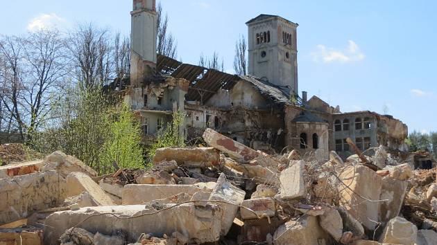 V tuto chvíli jsou v areálu kláštera Milosrdných sester svatého Kříže v Chebu bagry, které odstraňují nebezpečné zdivo a komíny.