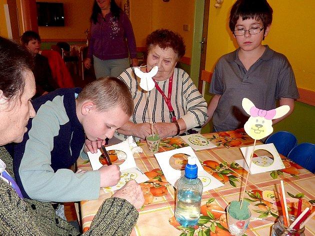 Pohovořit si a společně vyrobit jarní dekorace přišly děti z Denního a týdenního stacionáře Mája v Chebu do domova pro seniory.