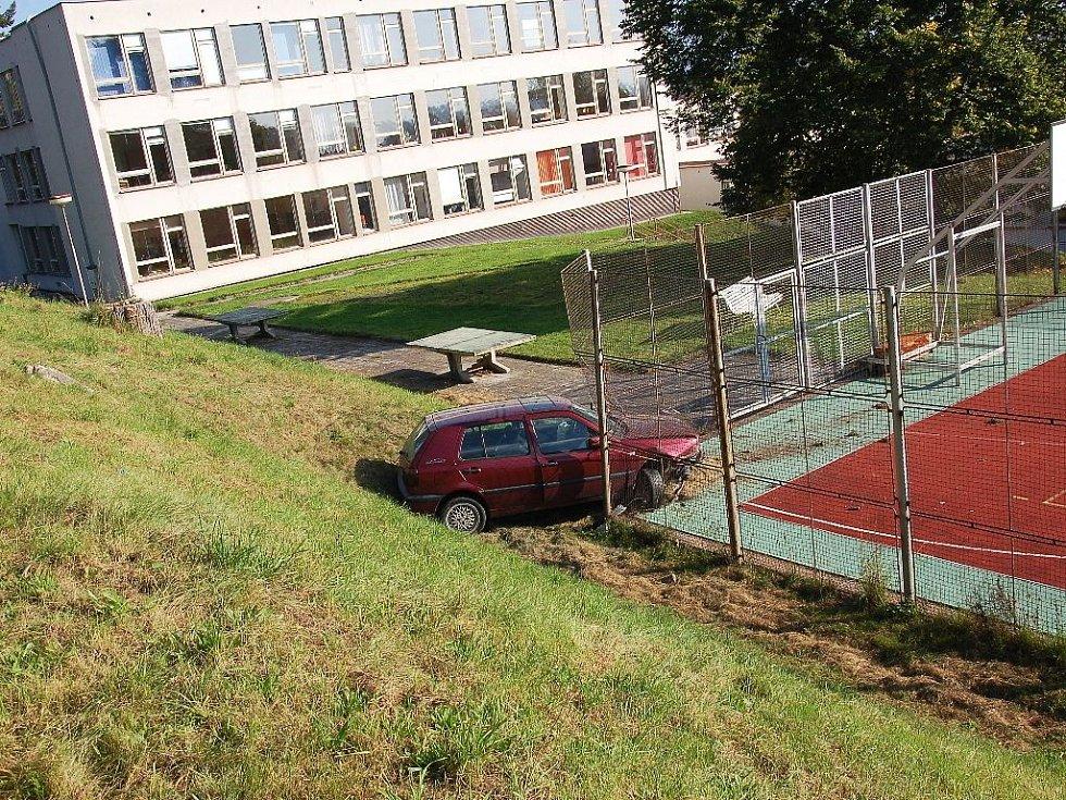 Zdevastovaný plot a rozbité školní hřiště. Tak dopadla divoká jízda dvacetiletého řidiče v Chebu.