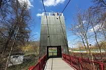 Lávka přes řeku Ohři pro pěší a cyklisty od architekta Davida Vávry je v chebském Poohří.