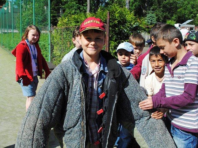Na hřišti 4. ZŠ Cheb se konalo slavnostní zakončení policejního programu pro děti.