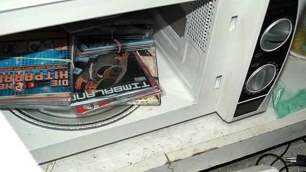 Na příhraniční tržnice se opět zaměřili nejen chebští celníci. Opět objevili pirátské CD a DVD, zboží podezřelé z padělků, neznačené cigarety, lihoviny a tentokrát i marihuanu.