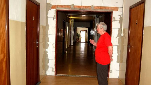HLUKEM TRPĚLI VŠICHNI. Bourání a výstavba nových příček a úprava výtahových šachet byla nutným zlem, aby mohl penzion pro důchodce na chebském Spáleništi nadále fungovat. .