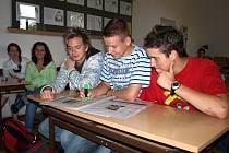 INTERNET, NOVINY, ZNÁMÍ! Studenti chebské integrované školy (zleva) Filip Pohanka, Jiří Havel a Michal Míča se po brigádě poohlíželi na internetu. Nic zajímavého tam ale nenašli, a tak zkoušejí, zda zaměstnání na léto nenaleznou v novinových inzerátech.
