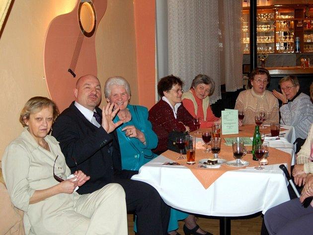 POPOVÍDALI SI. Františkolázeňská seniorka Cecílie Smolíková (třetí zleva) si na sobotní oslavě MDŽ popovídala s kamarádkami i s místním starostou Ivo Mlátilíkem.
