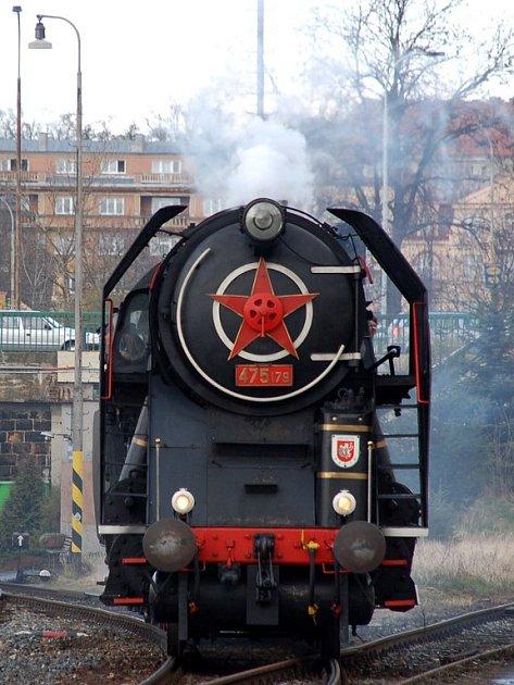 Neobvyklý pohled se naskytl cestujícím na Dolním nádraží v Karlových Varech. S mimořádným výletním vlakem z německých Drážďan sem zavítala parní lokomotiva řady 475