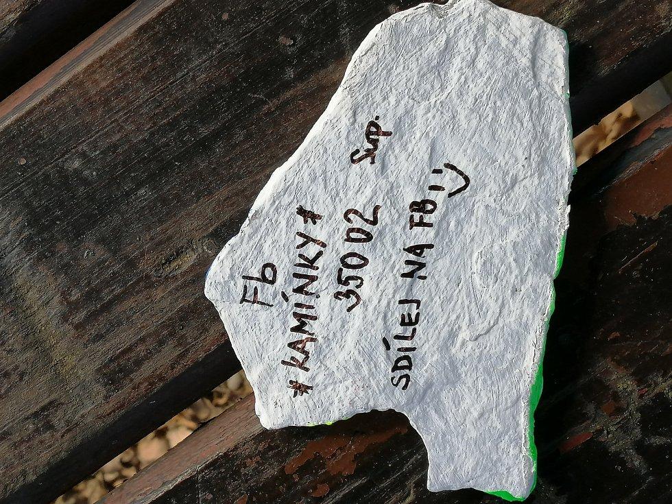 Eliška Soukupová provedla Deník celým ´výrobním procesem´ kamínkování.  Na zadní stranu kamínku se píše například i směrovací číslo, kde kamínek vznikl.