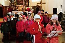 Koledy v podání žáků z Dolního Žandova rozezněly místní kostel.
