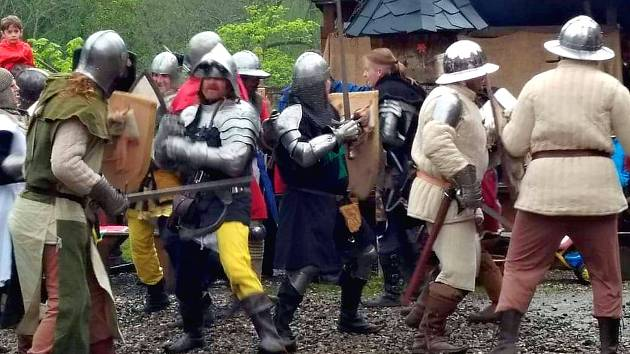Jak to vypadalo ve středověku? To o uplynulém víkendu na vlastní kůži poznali návštěvníci Horního hradu. Pořadatelé nachystali nabitý dvoudenní program, který příchozím přiblížil běžný život, řemesla, ale hlavně tehdejší zbraně. V sobotu se příchozí přene
