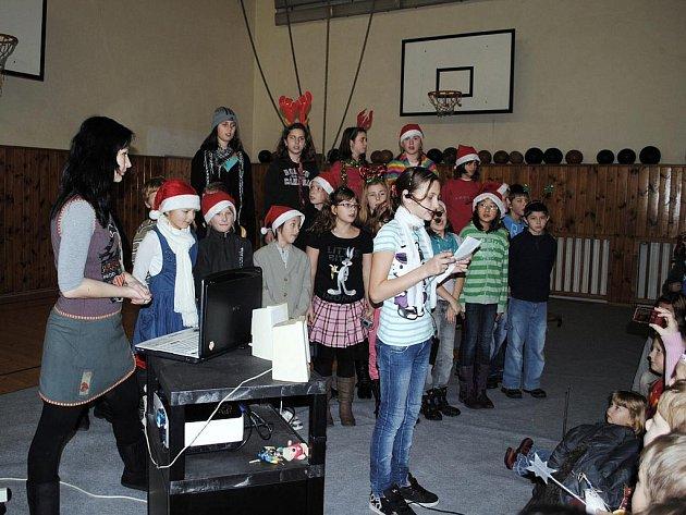 TRADIČNÍ jarmark na základní škole v ašské Hlávkově ulici uspořádali místní školáci.