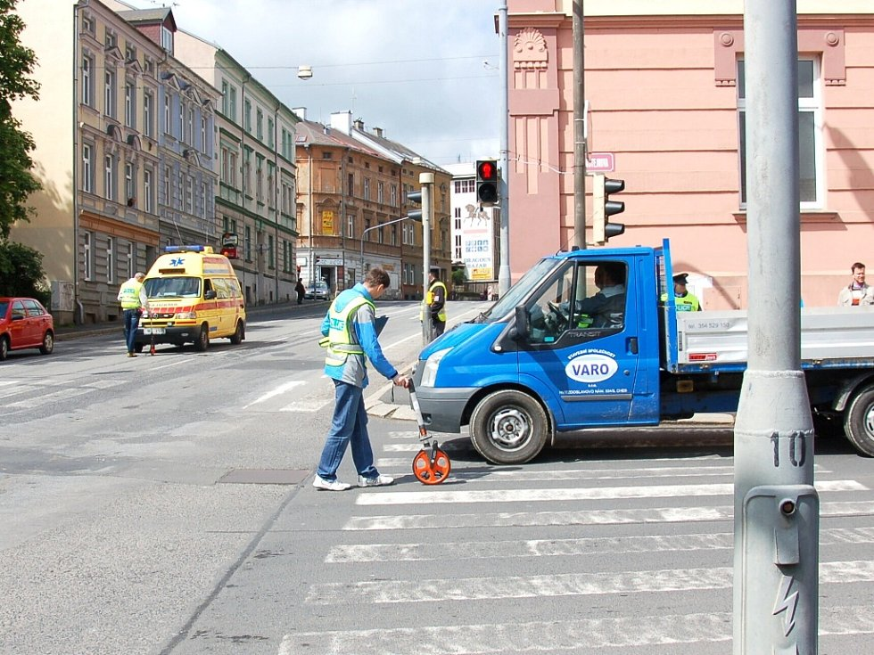 POLICISTÉ ZJIŠŤOVALI, jak se stala nehoda na křižovatce chebských ulic Valdštejnova a Evropská vloni v červenci.