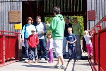Krásné počasí přilákalo do chebského domu Dětí a mládeže (DDM) Sova v Chebu přes 130 lidí. A důvod? Konaly se tam totiž oblíbené Legrácky v terénu. A letos nemohly být zaměřené na nic jiného, než na oslavy 950ti let od první písemné zmínky o Chebu.