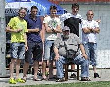 Otec myšlenky uspořádat vzpomínkové setkání Miroslav Švarc (na židli) se svými fotbalovými kamarády.