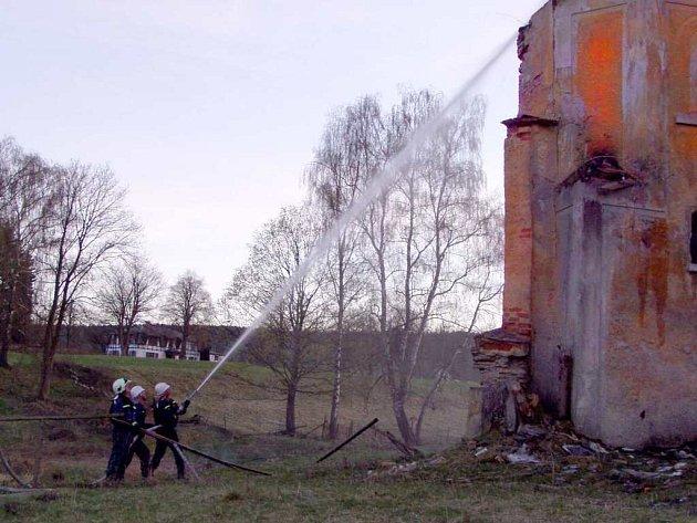Hasiči likvidují požár zámku v Kopaninách 1