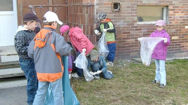 ŠKOLÁCI z Lázní Kynžvartu vyzbrojeni sáčky na odpadky a gumovými rukavicemi obešli město a nasbírali hromadu odpadků. Naplnili několik pytlů.