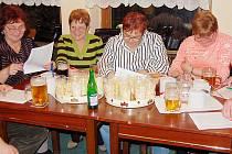 Sedmičlenná porota hodnotí vzorky bramborových salátů, které byly vyrobeny mužskou rukou. V pivnici U vodníka jde o tradiční recesistickou akci.