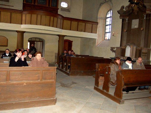 Ve čtvrtek, na Boží Hod  přišlo na tamní bohoslužbu sedmnáct lidí nejen z obce, ale i z blízkého okolí