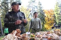Které houby jsou ještě jedlé a které už není vhodné na podzim sbírat? Nejen to se dozvěděli lidé, kteří se o víkendu zúčastnili symbolického zamykání lesa na Zelené hoře u Chebu.