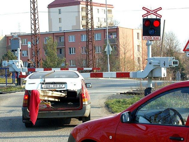 Nebezpečí na železničních přejezdech by neměli řidiči podceňovat. Červená blikající světla znamenají Stůj!