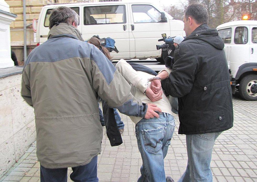 MARIÁNSKOLÁZEŇŠTÍ POLICISTÉ zadrželi zloděje, kteří několikrát okradli 101 letou ženu z Mariánských Lázní.