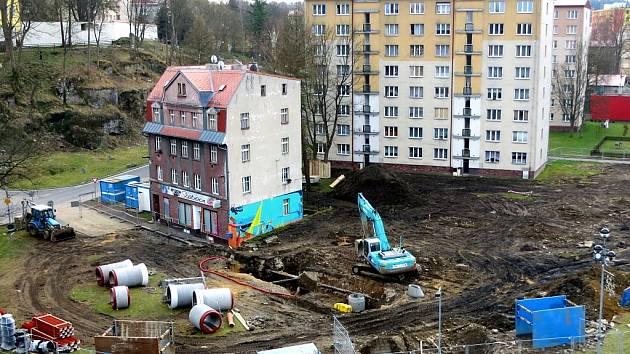 I budovy ašské radnice se dotkne rozsáhlá rekonstrukce Goethova náměstí. Kvůli výkopovým pracím nepůjde jeden den v týdnu v budově městského úřadu elektrický proud. Celá revitalizace náměstí vyjde na 15 milionů korun včetně DPH.