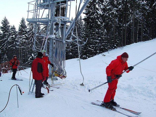 NOVĚ ZPROVOZNĚNÝ VLEK V AŠI a upravená třetí sjezdovka přilákaly o víkendu mnoho lyžařů a snowbordistů. Na svah pro náročnější lyžaře dorazilo i mnoho dětí. Sportovci si užívali i jízdu na dalších sjezdovkách.