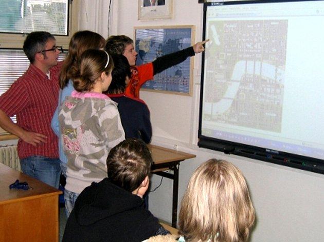 Na chebském gymnáziu se interaktivní tabule a digitální pomůcky používají téměř ve všech předmětech