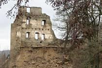Zřícenina hradu ve Starém Rybníce (na snímku) na Chebsku, jež je jeho dominantou, straší místní občany.