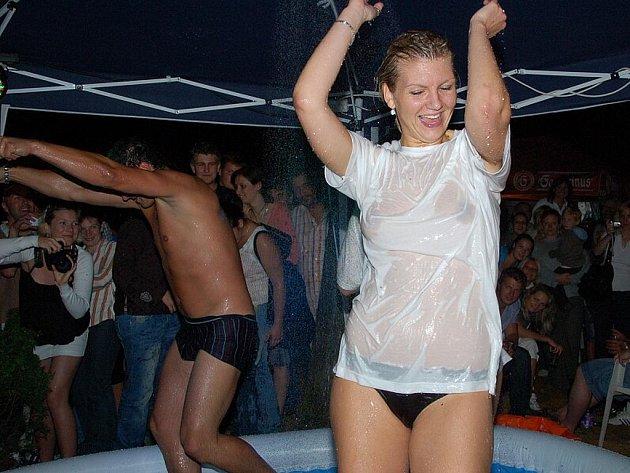 Milovníci ladných ženských i mužských křivek si zařádili v areálu Přírodního divadla Františkovy Lázně. Ten byl večer zcela zaplněný. Uskutečnila se zde soutěž Miss mokré tričko a klání Mokré slipy.