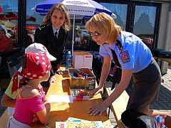 Dětem se na oslavách jejich svátku věnují i policistky