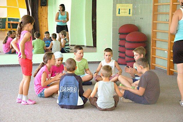 Děti se na chebské Sově společně vydaly na let časem.