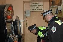 FRANTIŠKOLÁZEŇSKÁ VYHLÁŠKA  proti hazardu je platná a podnikatelé, kteří provozují automaty v rozporu s ní, budou muset tato zařízení odstranit. Dodržování vyhlášky budou kontrolovat městští strážníci.