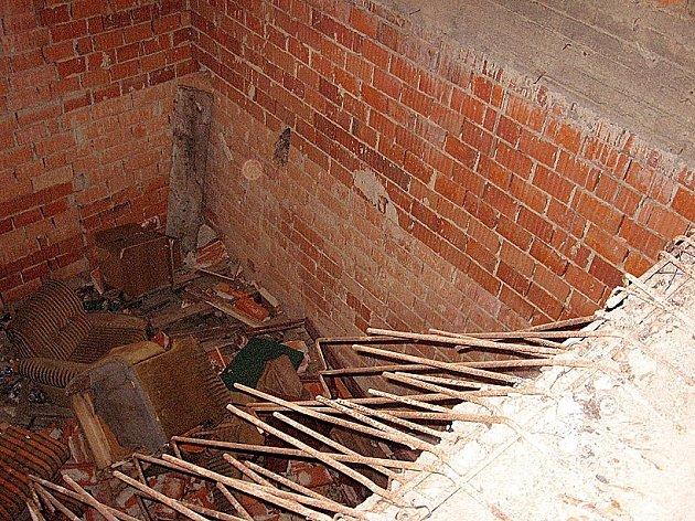 Díra v podlaze staveniště kulturního domu v Lipové