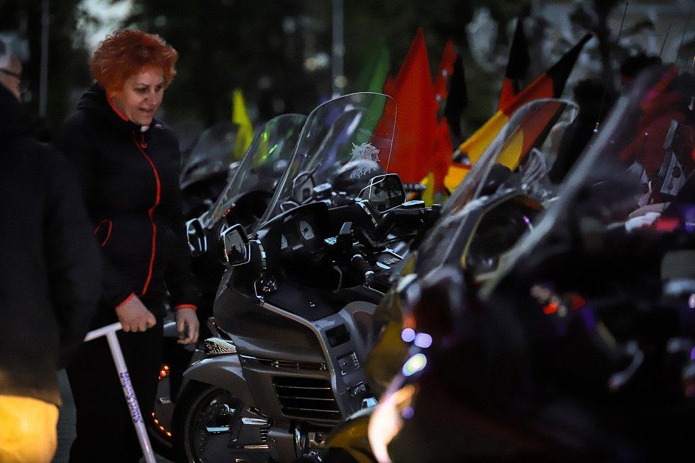 Do Františkových Lázní zamířili milovníci silných strojů. Měli zde jednu ze zastávek v rámci 16. ročníku srazu motocyklů značky Honda Goldwing. Lidé měli šanci si prohlédnout stroje majitelů, kteří dorazili nejen z různých koutů Evropy, ale i z Ameriky.