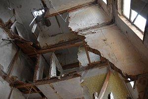 V bývalém hotelu se zbortil strop. Uvnitř mohou být lidé