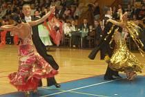 PŘEHLÍDKA nádherných šatů i skvělých výkonů to byl 20. ročník Grand Prix. Hlasitý potlesk obecenstva sklidili chebští tanečníci Vladimír Hána s Magdalénou Hanušovou.