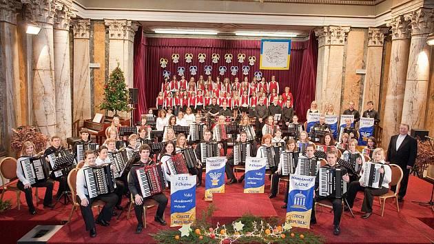 VELKÝ AKORDEONOVÝ ORCHESTR Mariánské Lázně se svými sólisty pořádá už tradiční Vánoční koncert, který se za dobu svého konání stal velmi oblíbeným.