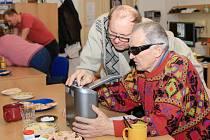POMŮCKY pro nevidomé a slabozraké si mohli zájemci vyzkoušet v chebské pobočce SONS. K dispozici měli hlasové čtečky (na snímku), lupy, počítače nebo třeba mobilní telefony.