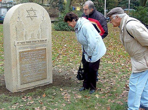 NOVÝ POMNÍK připomínající nešťastný osud mnohých Židů obdivovali včera v Mariánských Lázních také ruští turisté.