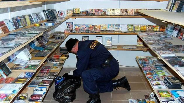 CENTRÁLNÍ SKLAD NELEGÁLNÍCH CD A DVD našli pracovníci Celního ředitelství Plzeň v areálu chebského Dragoun Bazaru. Na otevření skladu musejí získat povolení státního zástupce.