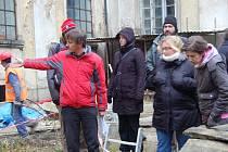 VÝSLEDKY archeologického průzkumu Kláštera Teplá, který souvisí se záchrannými pracemi zdevastované budovy, prezentoval u jedné ze sond veřejnosti vedoucí výzkumu Karel Nováček.