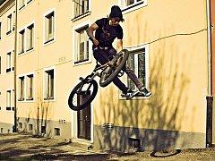 FREESTYLOVÍ JEZDCI NA BMX kolech i skateboardisté v Chebu musí své umění trénovat na ulicích. Nové hřiště je zatím v nedohlednu.