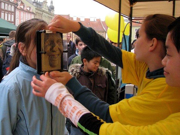 Studenti chebského gymnázia předváděli před radnicí nejrůznější pokusy z oblasti fyziky. Na jejich happeningovou akci Věda před radnicí  se přišla podívat řada Chebanů