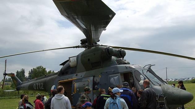 Několik stovek lidí a dětí se přijelo pobavit do obce Krásné u Mariánských Lázní. Konala se zde oslava Dne dětí. Děti si zde zaskákaly na nafukovací klouzačce, a také si mohly prohlédnout vojenský vrtulník.