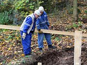 Lžíce malého bagru se opět zakousla do země u vyhaslé sopky Komorní hůrka u Chebu. Vědci tady tak otevřeli další pomocný zářez, který sahá až do hloubky šesti metrů.