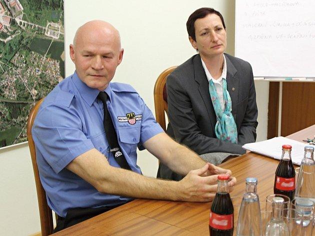 ŘEDITEL městské policie Martin Hanák a její vrchní velitelka Gabriela Licková chtějí zaměstnat více strážníků i modernější kamery.