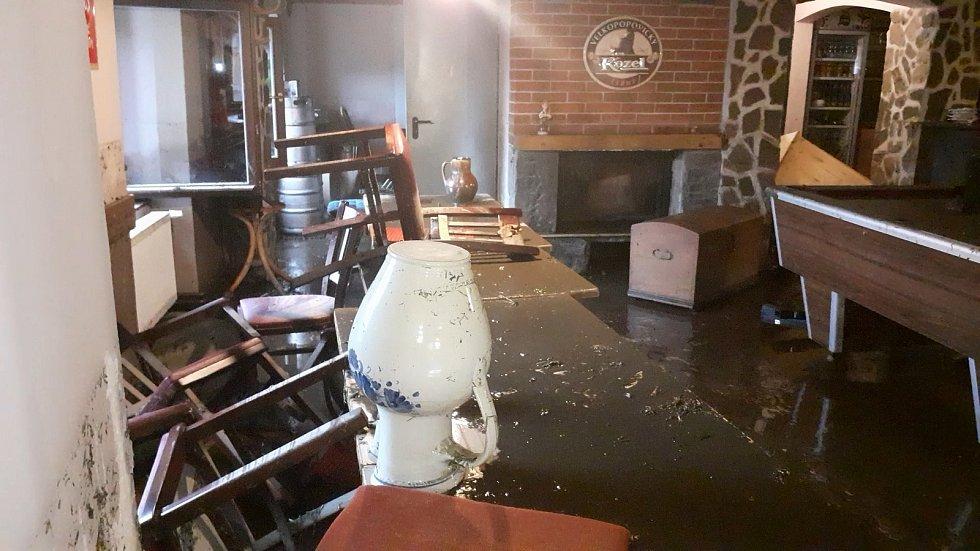 Blesková povodeň vyplavila Restauraci & Penzion Magdalena v centru historické Doubravy na Ašsku.