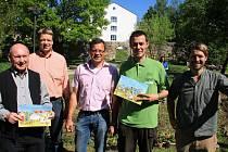 STUDENTI Z ČECH A NĚMECKA zdobili centrum německého města Waldsassen. Osadili ho jedlými plodinami.